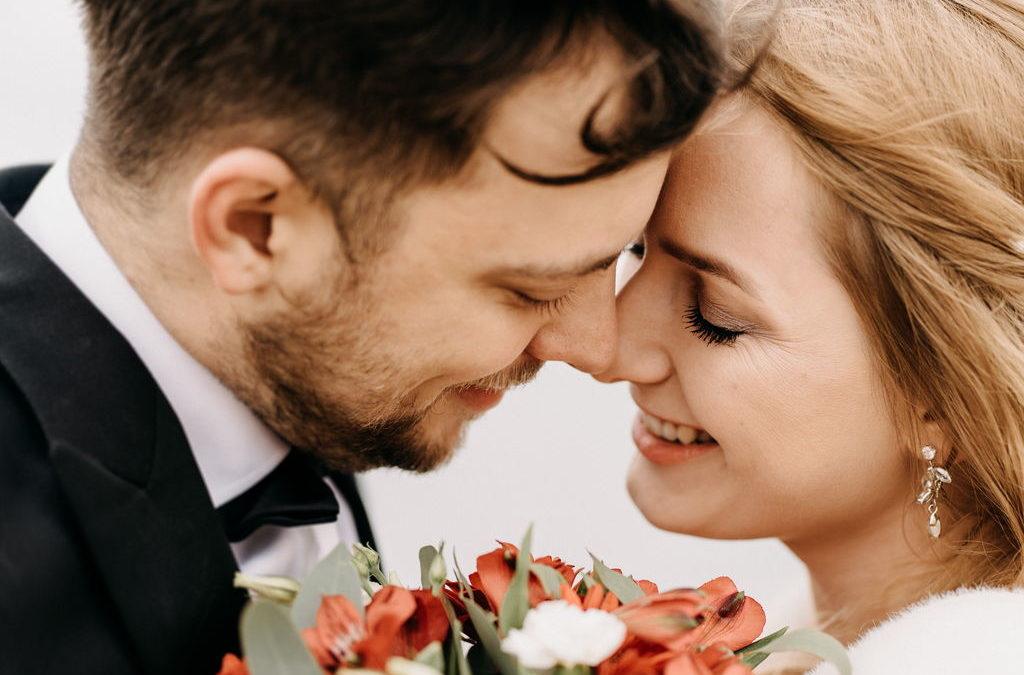 Pełna gorących kadrów. Mroźna sesja ślubna nad polskim morzem
