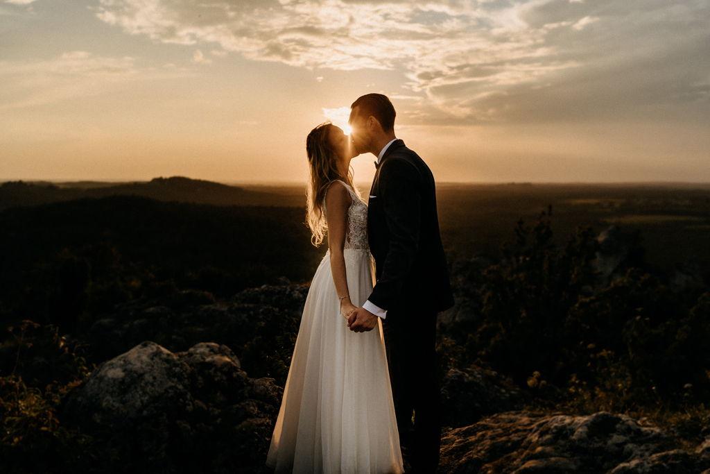 Sesja ślubna o zachodzie słońca na górze zborów